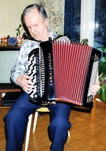Tauno Pesu soittaa valmistamaansa harmonikkaa